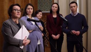 Minister edukacji Anna Zalewska, Karolina Elbanowska i Tomasz Elbanowski podczas konferencji prasowej w zwiazku ze spotkaniem w Ministerstwie Edukacji