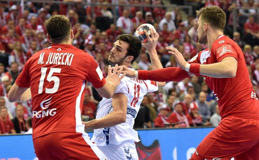 Polacy Michał Jurecki (L) i Kamil Syprzak (P) oraz Serb Darko Dukic (C) podczas meczu grupy A mistrzostw Europy piłkarzy ręcznych w Krakowie