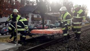 Ratownicy na miejscu katastrofy kolejowej w Bawarii