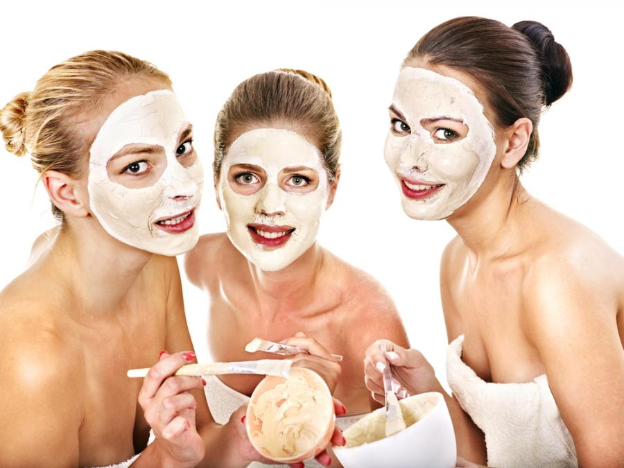 Kobiety z maseczkami na twarzy