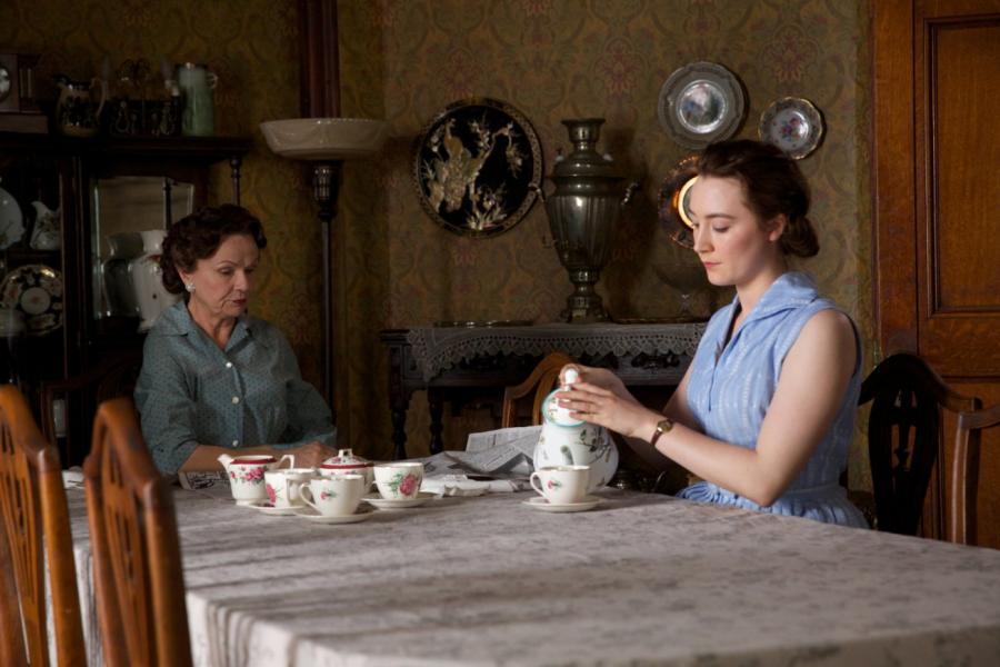 "Julie Walters i Saoirse Ronan w filmie ""Brooklyn"""