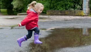 Dziewczynka skacze po kałużach