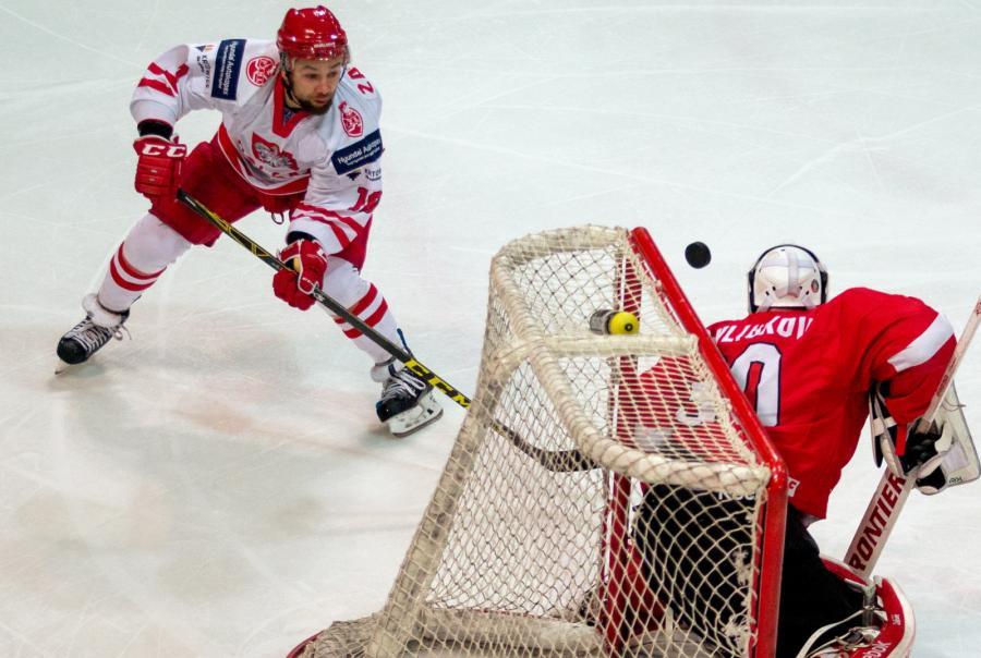 Krzysztof Zapała (L) i Litwin Artur Pavliukov (P), podczas hokejowego meczu towarzyskiego Polska - Litwa