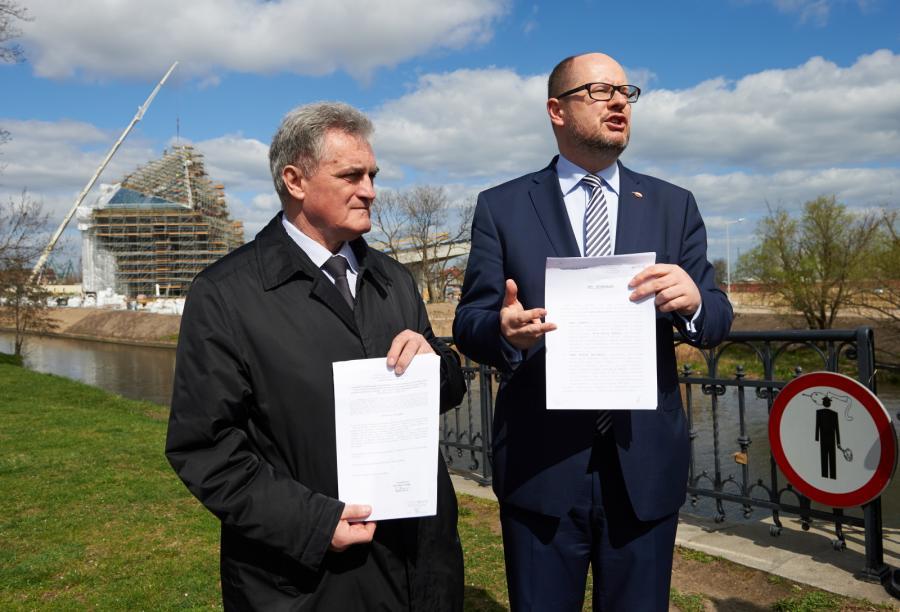 Prezydent Gdańska Paweł Adamowicz (P) i przewodniczący Rady Miasta Gdańska Bogdan Oleszek (L) z aktem notarialnym gruntu pod budowę Muzemum II Wojny Światowej