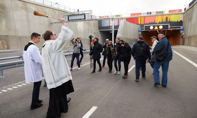Najdłuższy tunel w Polsce nowym hitem wśród samochodów. Piesi i rowerzyści mają zakaz. ZOBACZ ZDJĘCIA