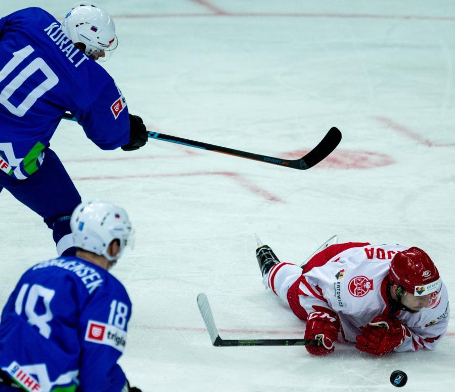 Patryk Wajda (P) i Anze Kuralt (L) ze Słowenii, podczas meczu Mistrzostw Świata Dywizji 1A w hokeju na lodzie, rozgrywanych w katowckim Spodku
