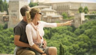 Wakacje z biurem podróży czy przygoda na własną rękę?