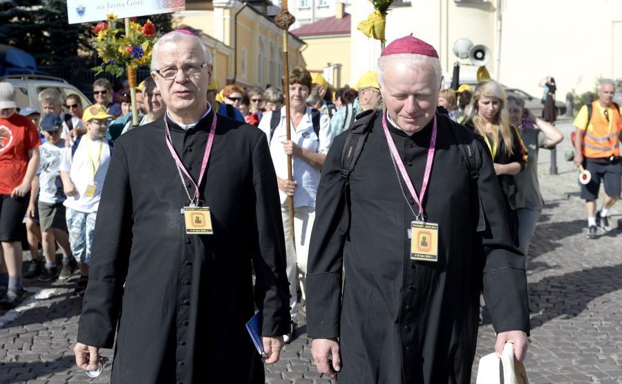 Arcybiksup Józef Michalik (z lewej) oraz jego następca bp Adam Szal