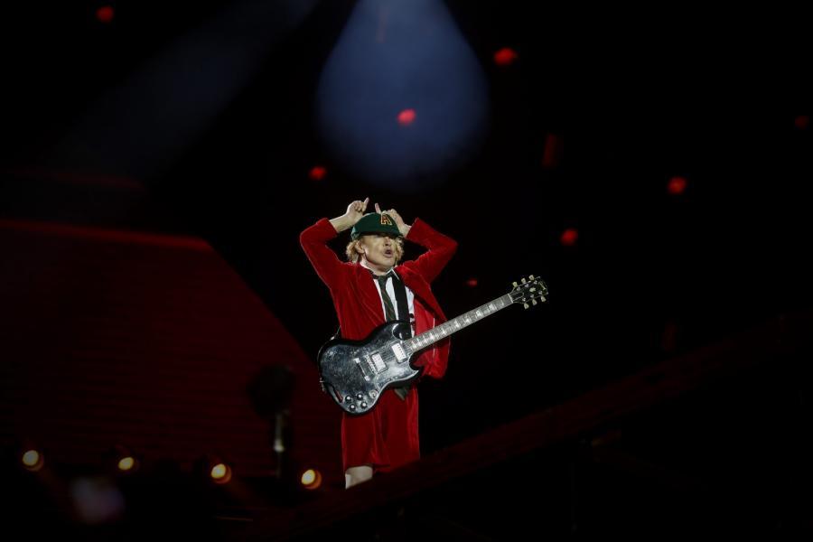 Angus Young podczas koncertu w Lizbonie