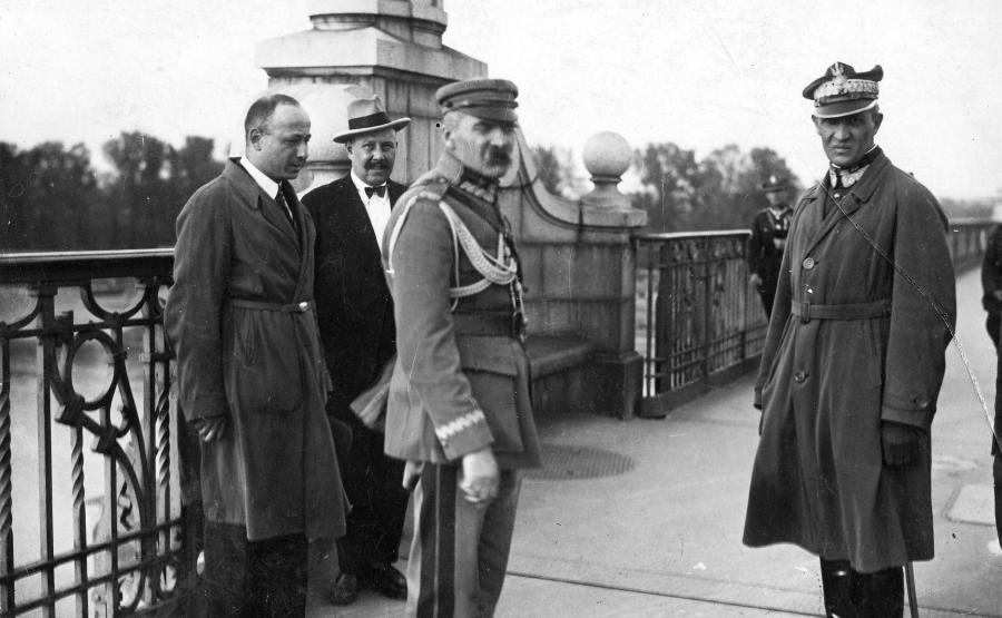 Józef Piłsudski z Gustawem Orlicz-Dreszerem na moście Poniatowskiego tuż przed spotkaniem z prezydentem Stanisławem Wojciechowskim