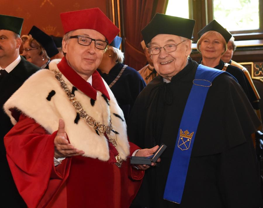 Andrzej Wajda odbiera z rąk rektora prof. Wojciecha Nowaka złoty medal