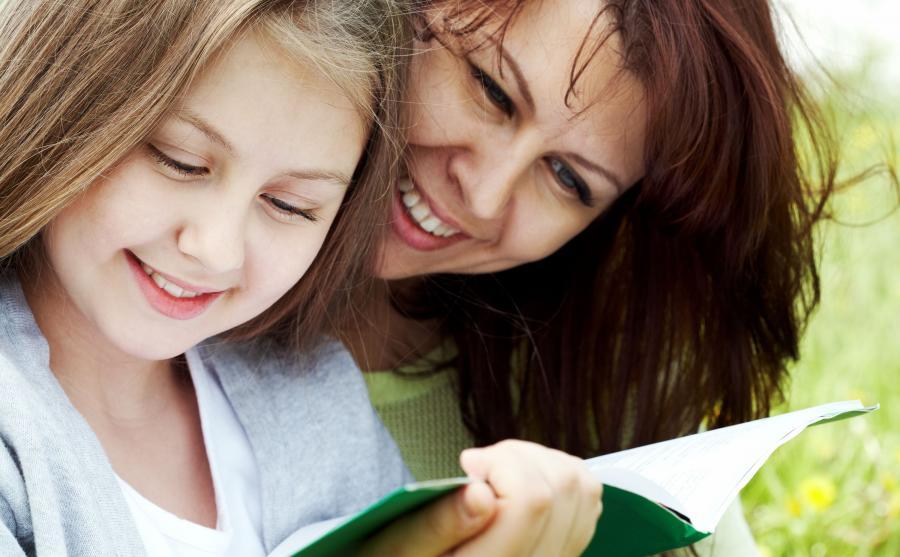 Mama z córką czyta książkę