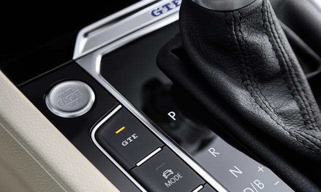 Volkswagen passat GTE już w Polsce i jeździ niemal za darmo. A ile kosztuje nowa limuzyna i kombi?