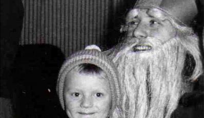 Mały Tusk na kolanach świętego Mikołaja