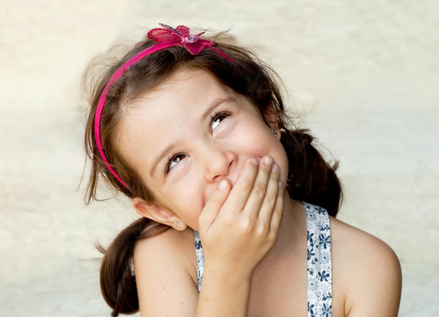 Dziewczyna zasłaniająca usta