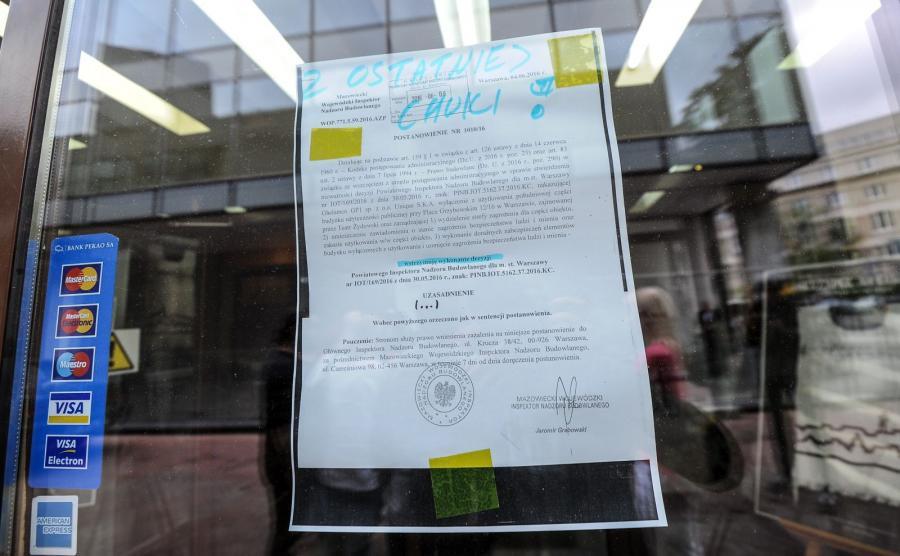 Decyzja Wojewódzkiego Inspektora Nadzoru Budowlanego wstrzymująca zamknięcie budnku, wywieszona na wejściu do Teatru Żydowskiego