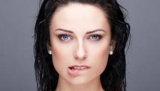 Kobieta przygryzająca usta