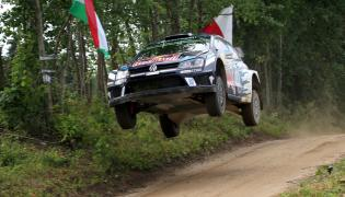 Francuz Sebastien Ogier i Julien Ingrassia (Volkswagen Polo R WRC) na trasie odcinka specjalnego 73. samochodowego Rajdu Polsk