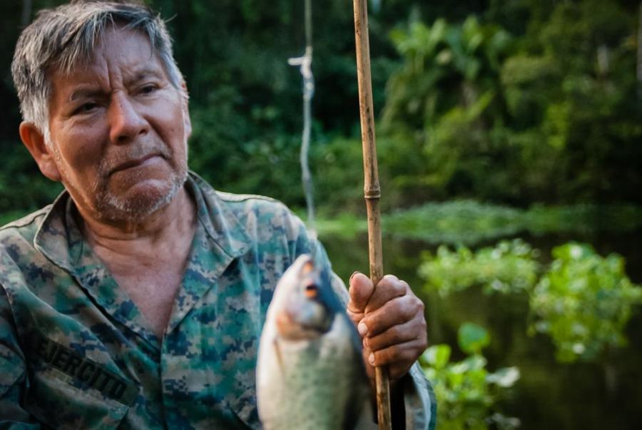 Don Silverio z piranią na żyłce, Laguna Limoncocha w Ekwadorze; fot. T. Bogusz / Pirania na kolację