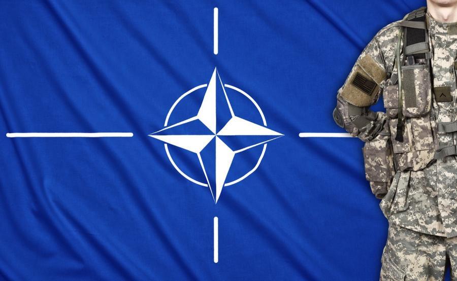 Flaga NATO i żołnierz