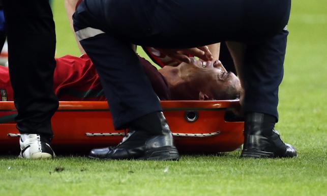Kontuzjowany Ronaldo zniesiony z boiska. Płakał z bólu [ZDJĘCIA]
