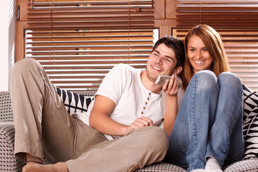 Para oglądająca telewizję