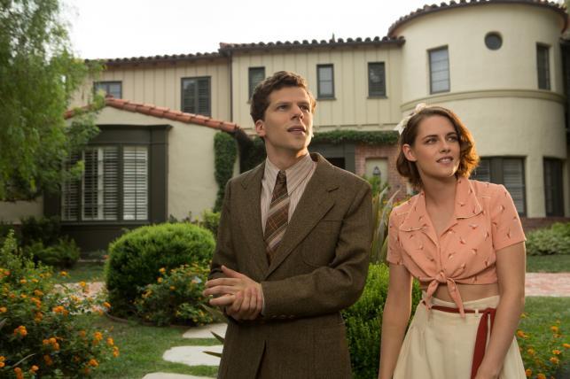 """Jesse Eisenberg oraz Kristen Stewart w filmie """"Śmietanka towarzyska"""" / fot. Kino Świat"""