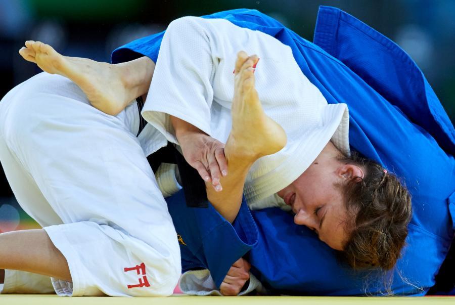 Arleta Podolak (biała judoga) w pojedynku eliminacyjnym w judo (kat. 57 kg.) z Chen-Ling Lien z Tajwanu