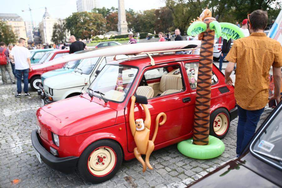 Wystawa Fiatów 126p przed Pałacem Kultury i Nauki na placu Defilad w Warszawie