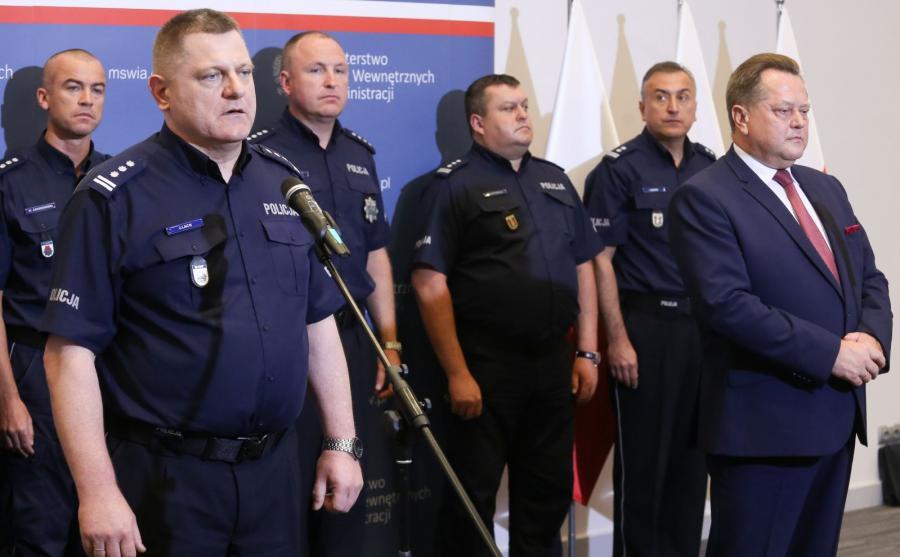 Wiceminister spraw wewnętrznych i administracji Jarosław Zieliński (P) i zastępca komendanta głównego policji Jan Lach