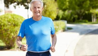Starszy mężczyzna biega