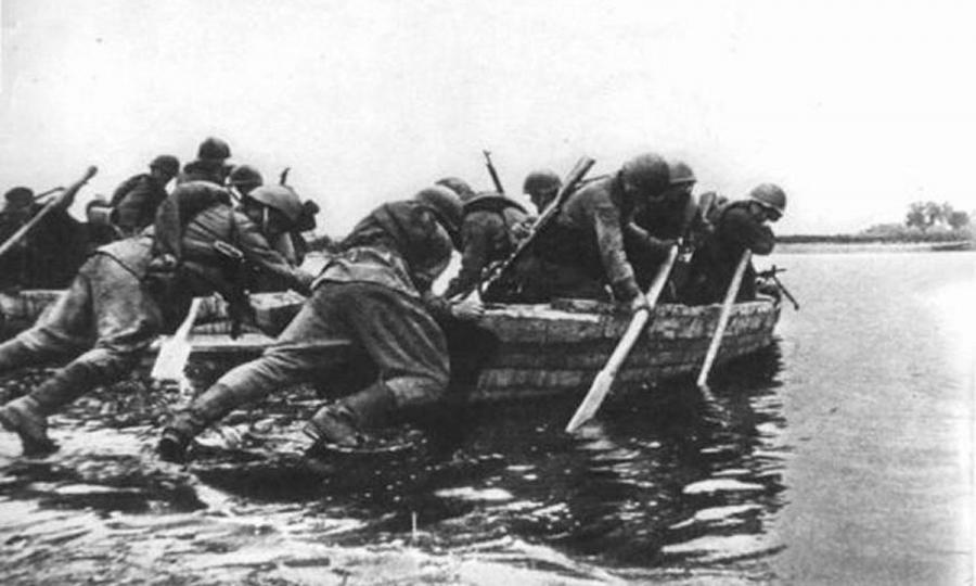 Żołnierze 1 Armii Wojska Polskiego przeprawiająsię przez rzekę