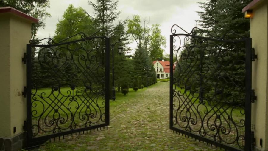 Z wizytą w posiadłości Czesława Langa. Zabytkowy dwór wygląda niczym pałac