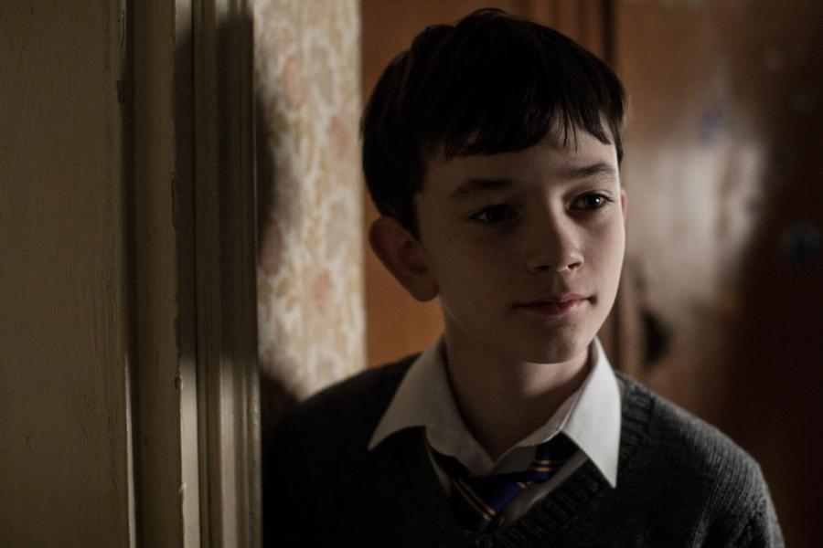 """Lewis MacDougall w filmie """"Siedem minut po północy"""". Premiera 25 grudnia"""