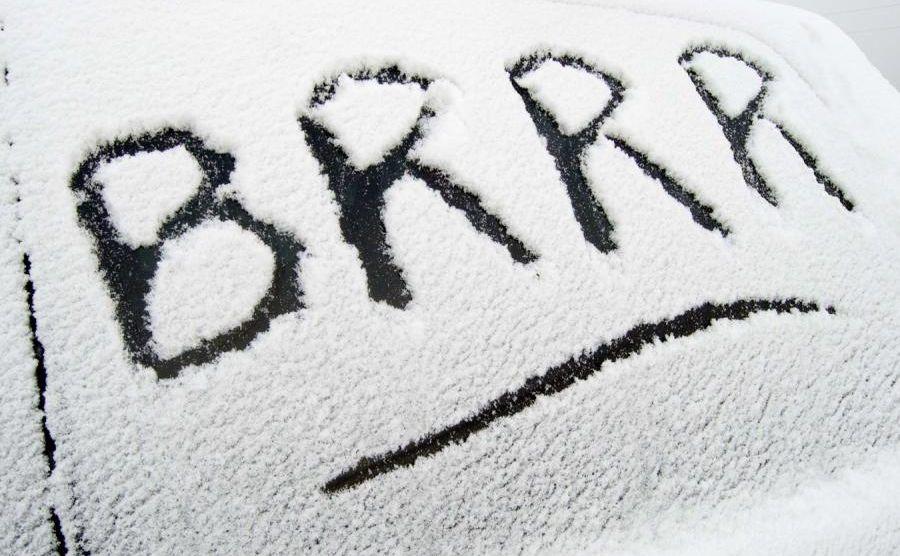 Skrobanie szyb zimą to zmora kierowców