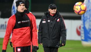 Selekcjoner reprezentacji Polski Adam Nawałka (P) podczas treningu drużyny w Warszawie