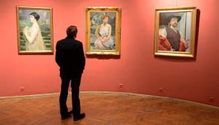 """Obrazy: """"Kobieta na tle morza"""" (L), """"Preludium"""" (C) oraz """"Autoportret z kwiatem ostu"""" (P) zaprezentowane w Muzeum im. Jacka Malczewskiego w Radomiu"""