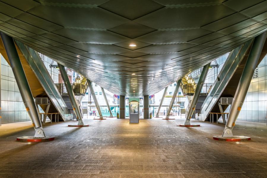 Najdziwniejszym miejscem, w którym kręcono zdjęcia była londyńska stacja - Canary Wharf. Ma tak futurystyczny wygląd, że to właśnie w niej kręcono walki wewnątrz bazy Imperium.