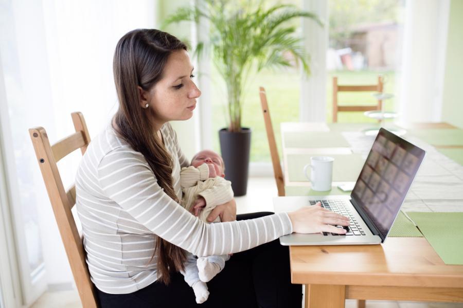 Matka z niemowlęciem przy komputerze