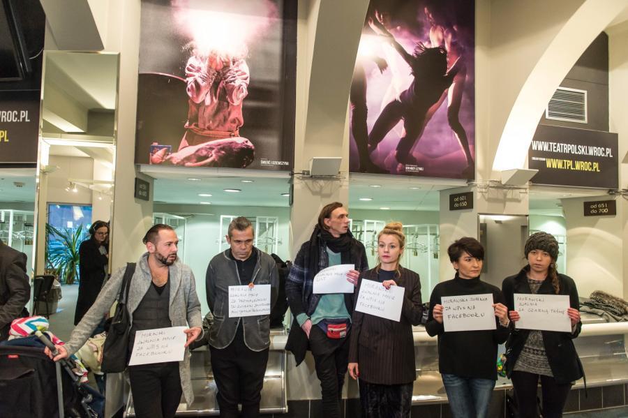 Aktorzy protestują we foyer Teatru Polskiego we Wrocławiu