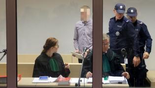 Oskarżony Adam Z. (C) oraz adwokaci Ireneusz Adamczak (3L) i Oliwia Adamczak (L)