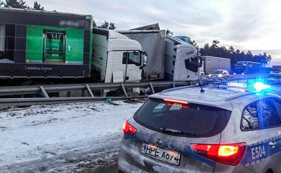 Zderzenie trzech samochodów ciężarowych na drodze krajowej nr 18