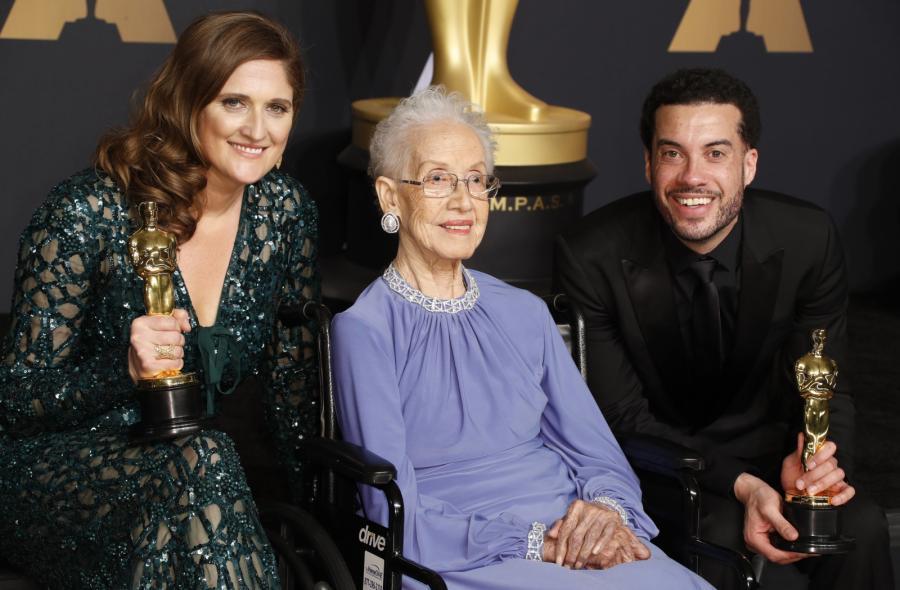 Katherine Johnson z Caroline Waterlow i Ezrą Edelman, zdobywcami Oscara za film dokumentalny O.J. Made in America'