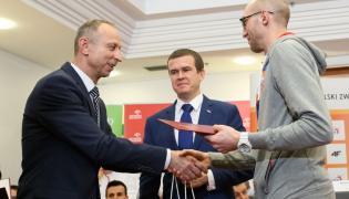 Minister sportu i turystyki Witold Bańka (C), wiceminister sportu Jan Widera (L) oraz złoty medalista w skoku wzwyż Sylwester Bednarek (P)